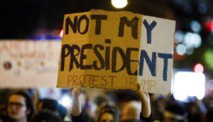 NY01. NUEVA YORK (ESTADOS UNIDOS), 09/11/2016.- Ciudadanos protestan contra el resultado electoral que dió a Donald Trump, el candidato republicano, como presidente de Estados Unidos hoy, miércoles 9 de noviembre de 2016, en Nueva York (Estados Unidos). EFE/JUSTIN LANE