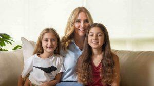 Angélica Fuentes posando con sus hijas