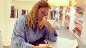 Aparece leyendo la empresaria hispana Angélica Fuentes
