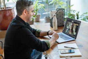 Ilustra el tema que aborda Rodrigo Besoy Sánchez con un hombre frente a una computadora