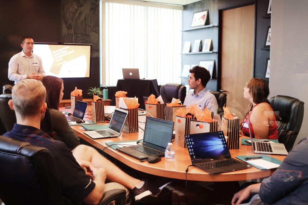 Imagen muestra a miembros de una oficina familiar de las que habla Rodrigo Besoy